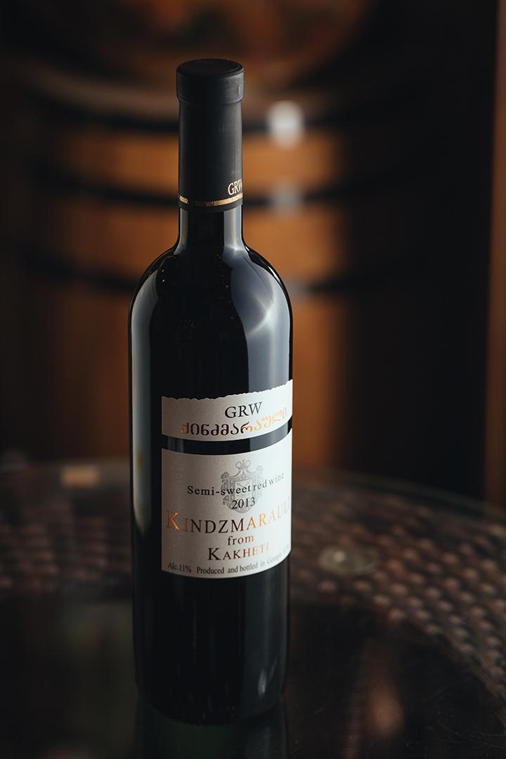 GRW Kindzmarauli - Kindzmarauli 為半甜紅酒,以 Saperavi 葡萄釀製,再於橡木桶中蘊藏,味道輕甜,帶乾葡萄的風味,宜配較濃味的芝士。攝 : 王嘉豪/端傳媒