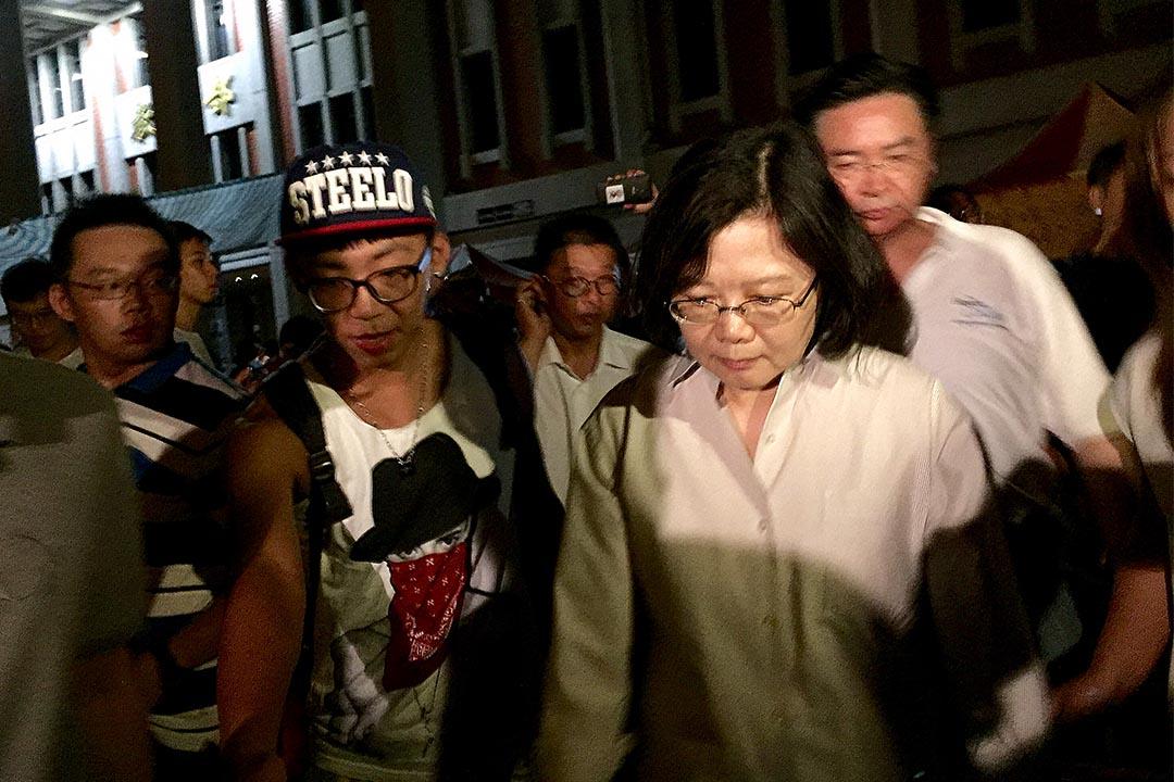 民進黨主席蔡英文凌晨到教育部,探望留守的學生。攝:葉家豪/端傳媒
