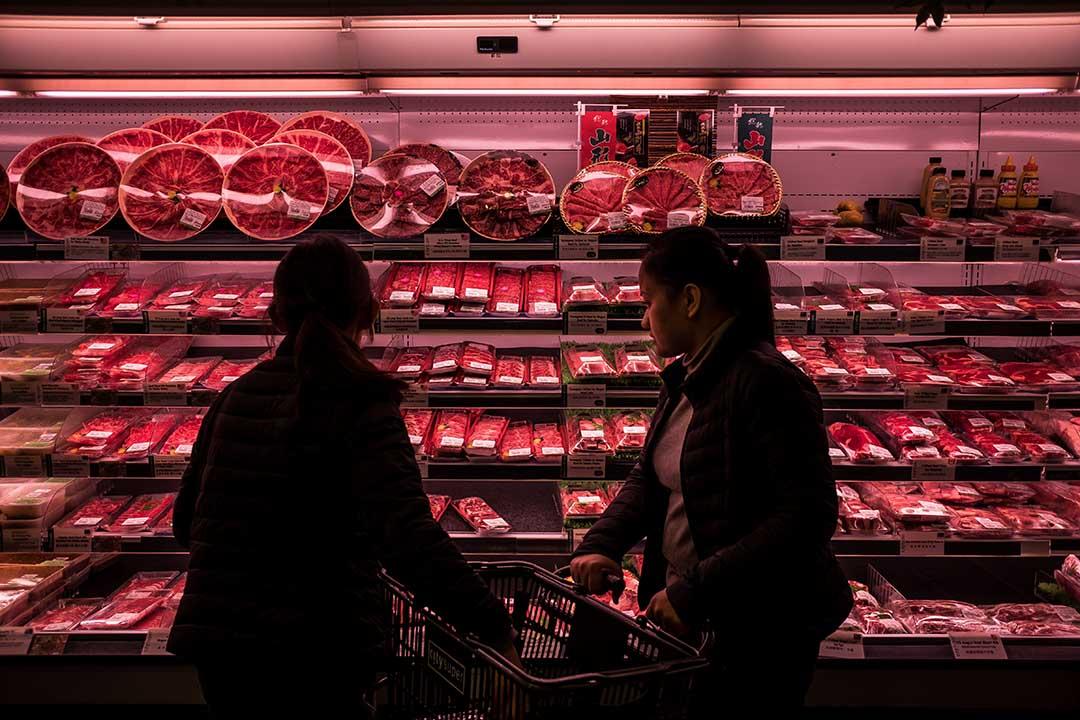 市民選購來自日本山形的豬肉。攝:Billy H.C. Kwok/端傳媒