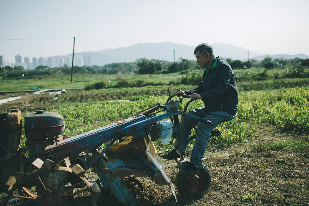 平叔坐在塱原一個農田的犁田機上。攝 : 王嘉豪/端傳媒