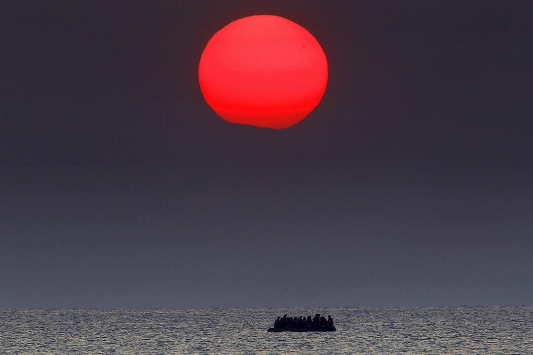 2015年8月11日 希臘科斯島 敘利亞難民成坐的船隻因故障在希臘對出的海面飄流。攝: Yannis Behrakis /REUTERS