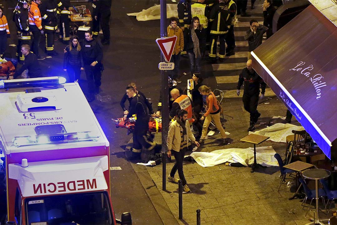 巴黎遭遇恐怖襲擊,救援人員在一間餐廳外運送傷者上救護車。 攝:Philippe Wojazer/REUTERS
