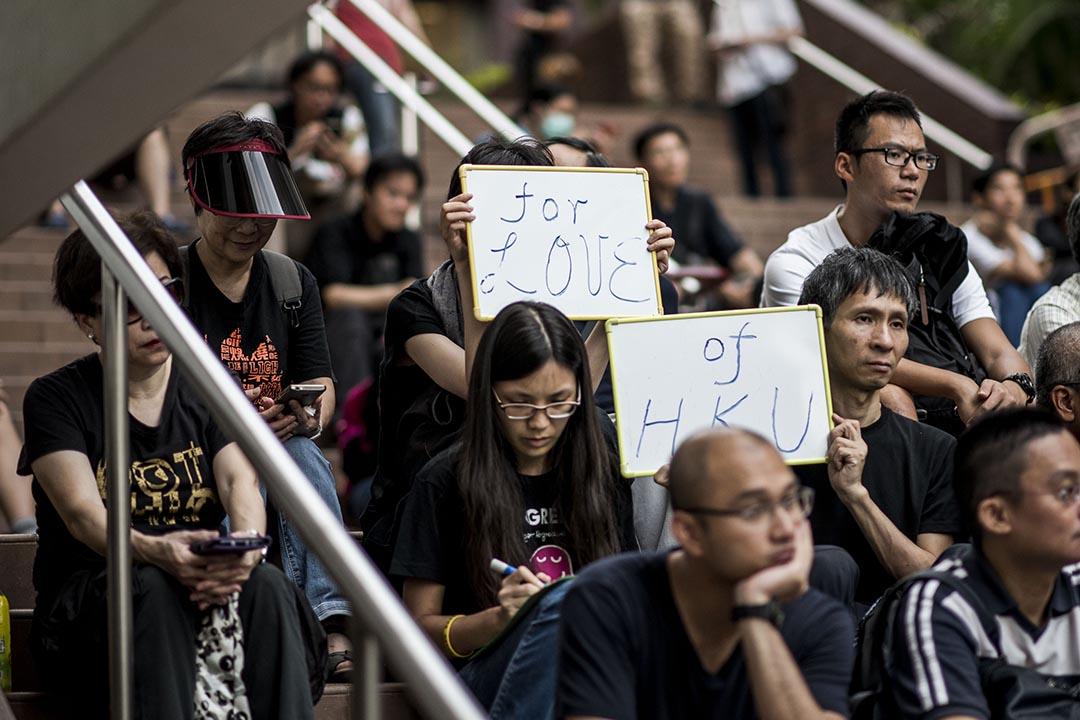 數十名示威者於7月28日在香港大學靜坐,表達對港大校委會委任副校長過程的不滿。 攝:Xaume Olleros/端傳媒