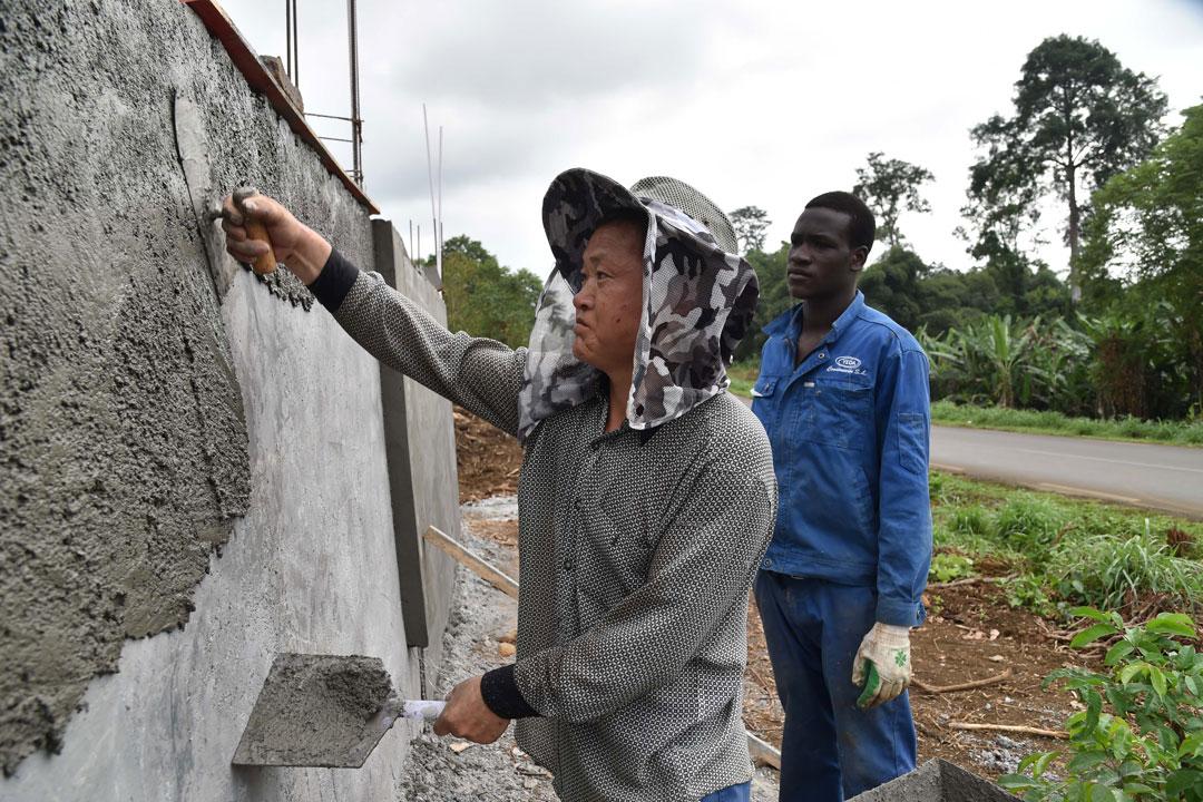2015年1月30日,一個中國員工在馬拉博的雷博拉體育場進行維修工作,為將至的非洲國家盃足球錦標賽作準備。攝:ISSOUF SANOGO/AFP