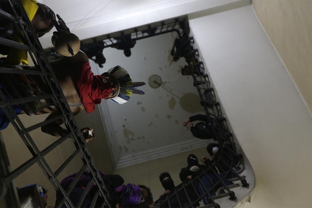 巴西里約熱內盧反政府示威者闖入並企圖佔領市政廳。攝:Ricardo Moraes/Reuters