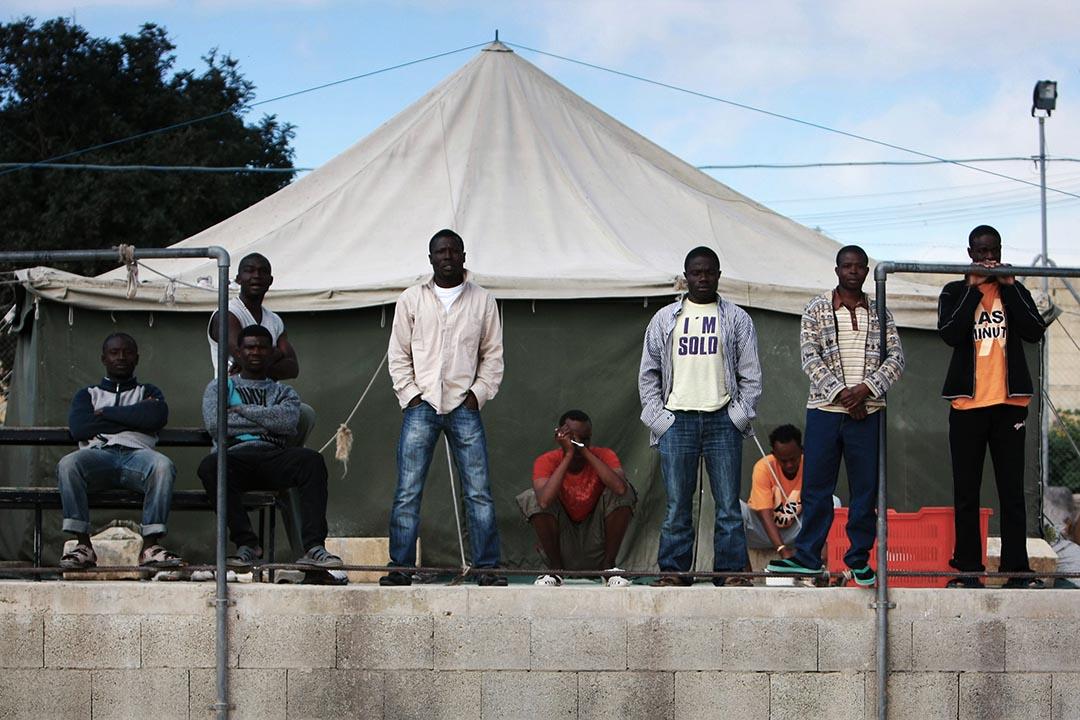 難民在馬耳他一個前軍事基地改造的拘留中心Hal-Far。攝 : Ben Borg Cardona/AFP