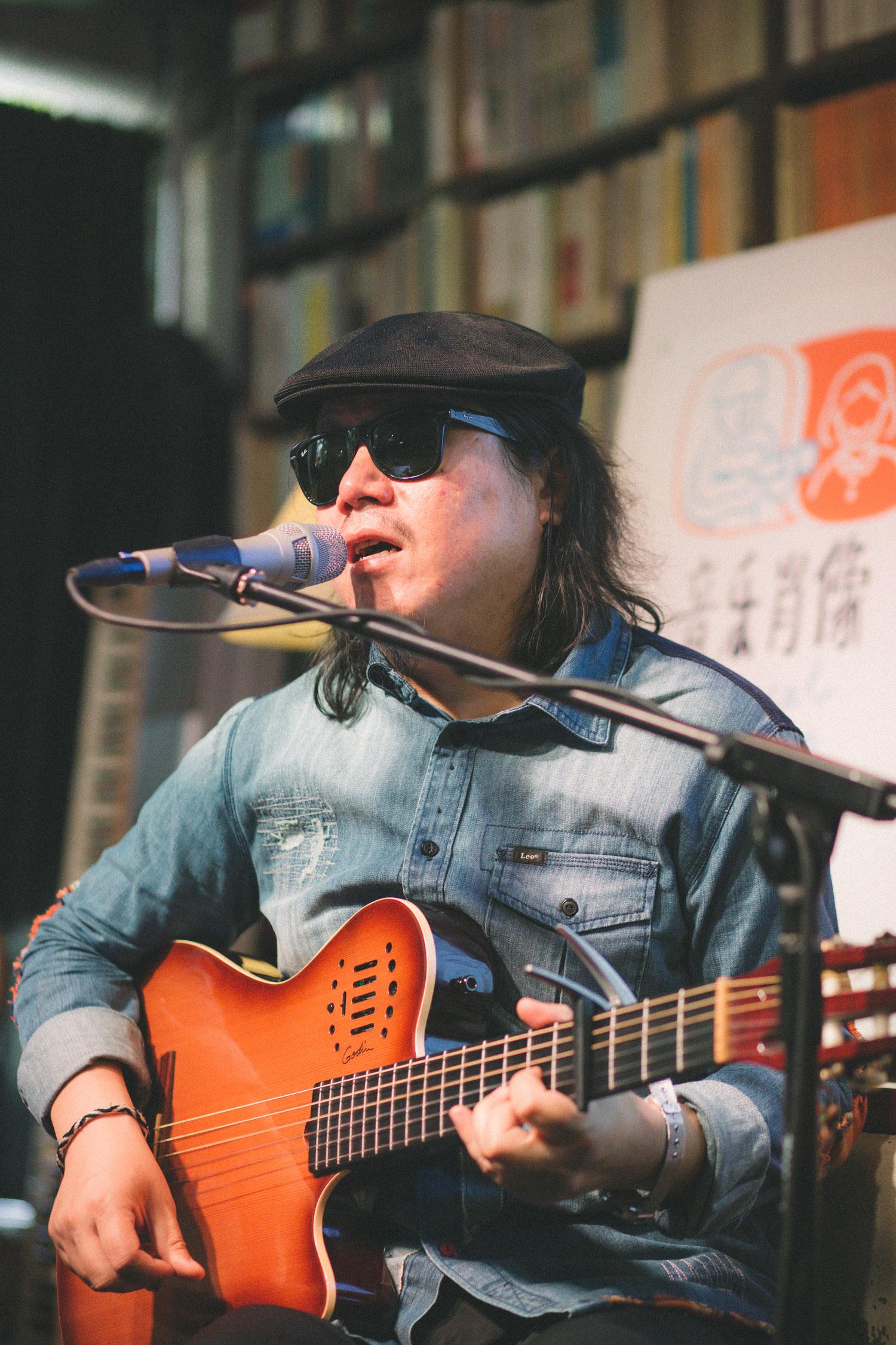 10月15日,周雲蓬與小河在舊天堂書店做關於音樂肖像的分享會(攝:空鍋)