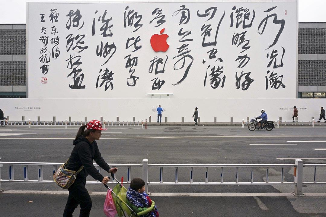 杭州蘋果店豎起蘇東坡詩詞廣告版,彰顯中文書法藝術。攝 : REUTERS