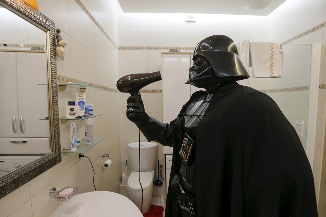 2015年12月2日,烏克蘭,一名電影《星球大戰》的粉絲改名為Darth Mykolaiovych Vader (黑武士)並於今年10月參選國內市長。圖為他打扮成黑武士般使用風筒。攝:Valentyn Ogirenko/REUTERS