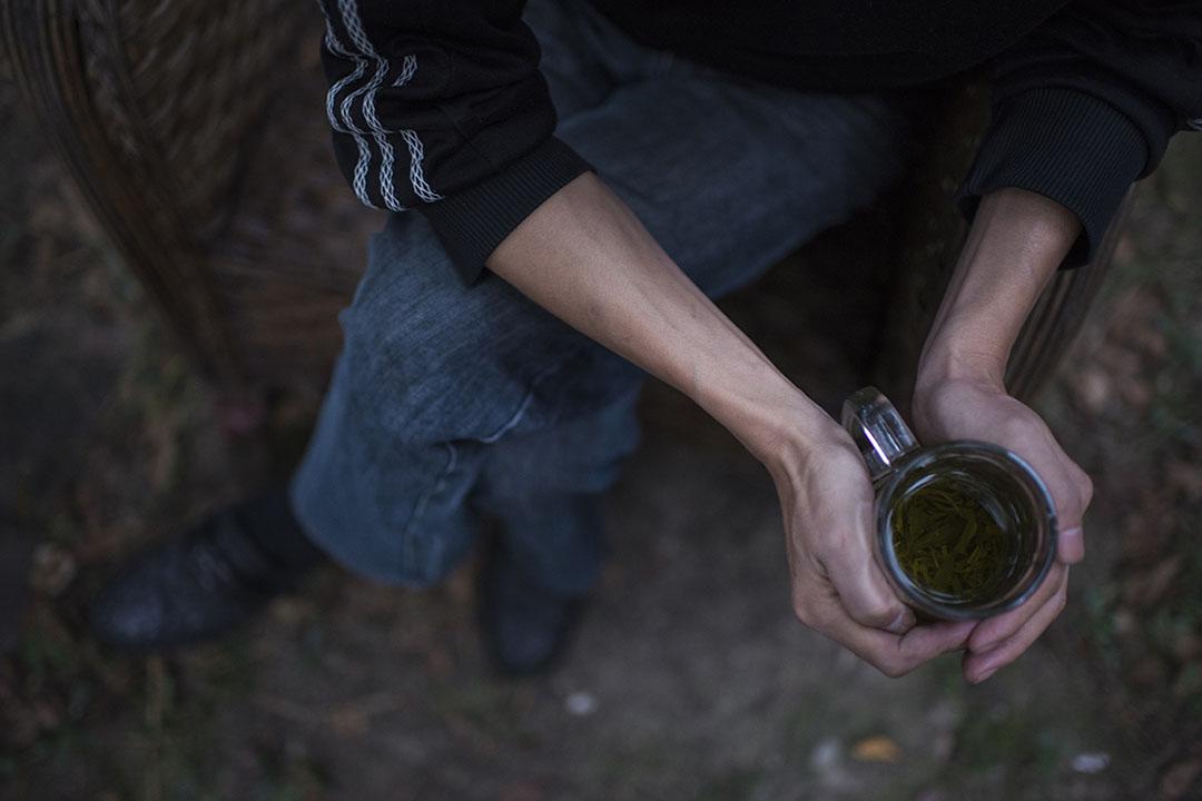 下班以後,宋其鋼最喜歡到茶舖裏喝茶。摄: Yue Wu/端传媒