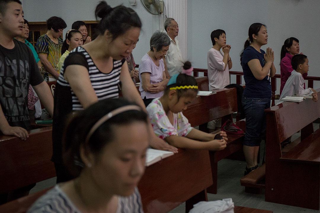 信徒在杭州蕭山天主堂祈禱。 攝:Billy H.C. Kwok/端傳媒