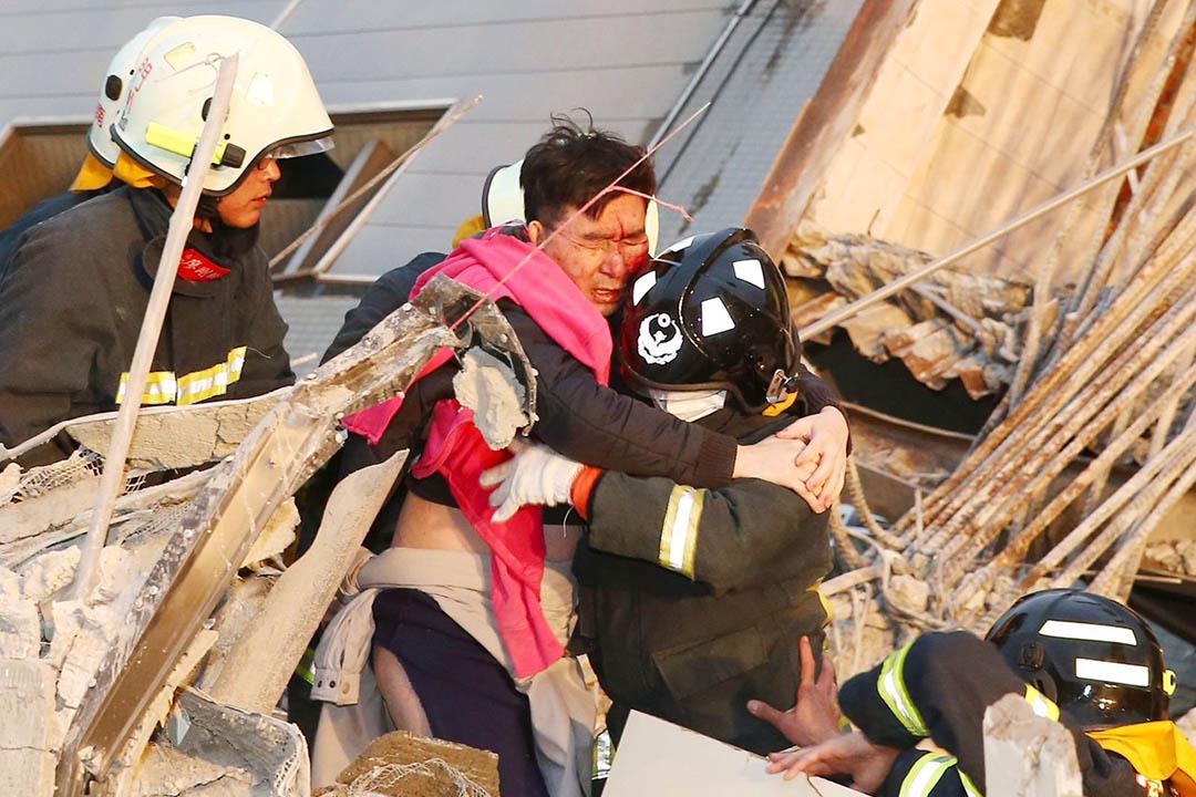 2016年2月6日,台南,救援人員在現場救出一名男傷者。攝:Stringer/REUTERS