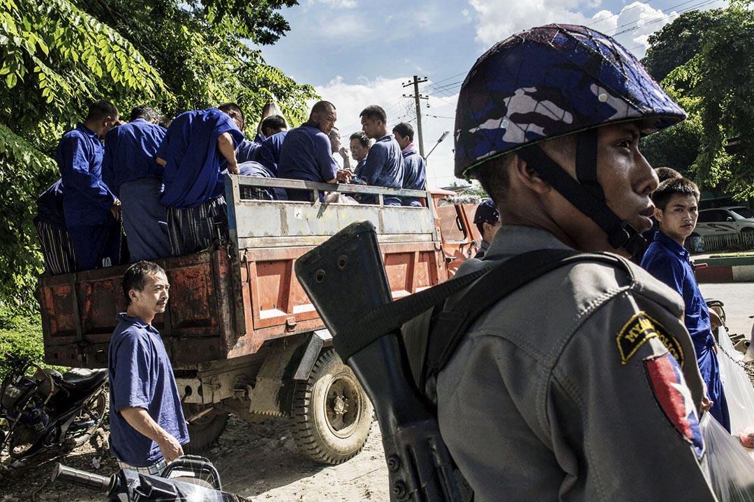 緬甸法院對155名中國伐木工人以違反「公共財產保護法」罪名作出判決。圖為被捕伐木工人乘貨車離開。攝: Minzayar Oo/端傳媒