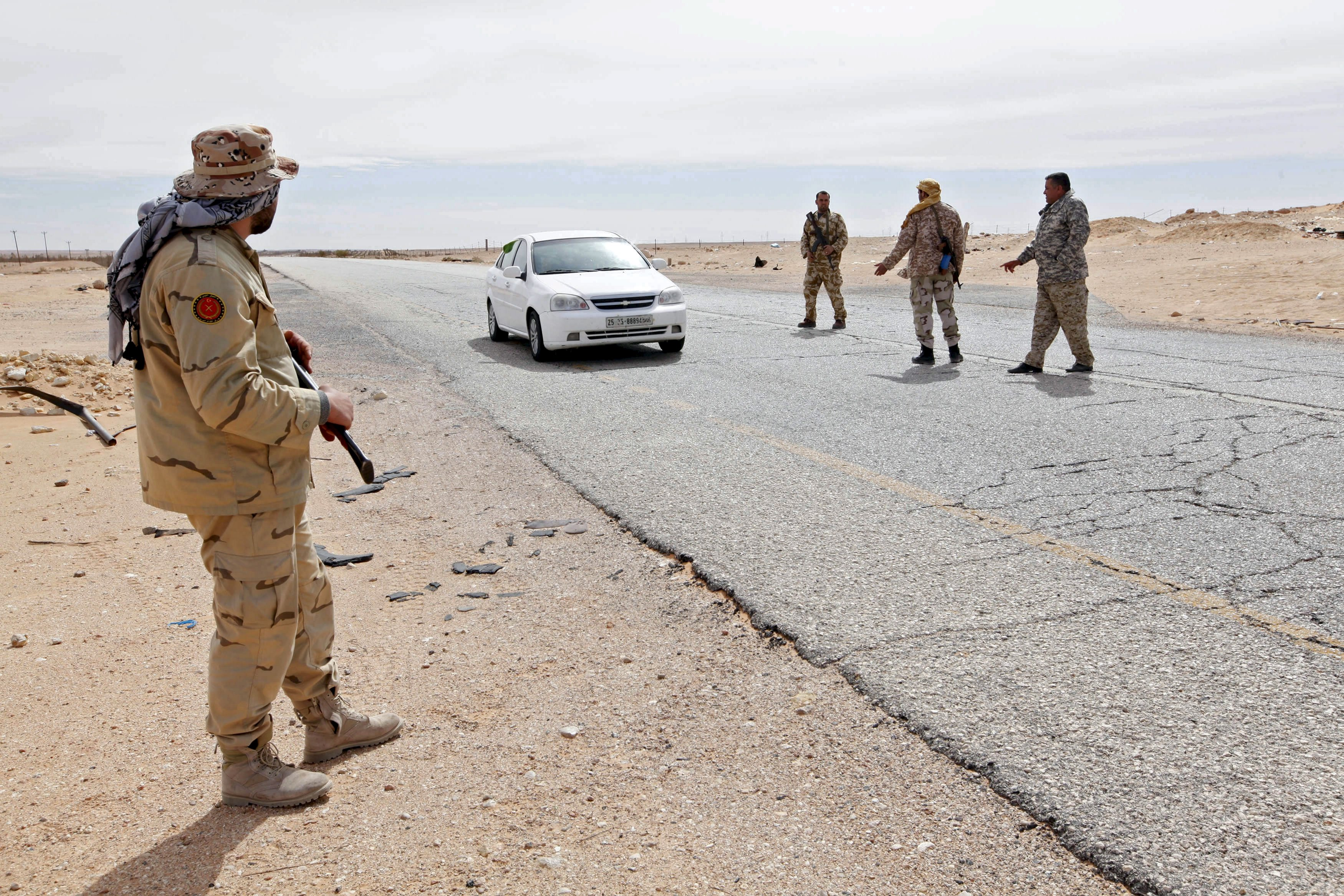 2016年2月23日,利比亞軍人在北部錫德拉灣城市蘇爾特設立檢查站,截停通過該站的車輛進行檢查。蘇爾特現遭「伊斯蘭國」(IS)武裝分子佔據。攝:Ismail Zitouny/REUTERS