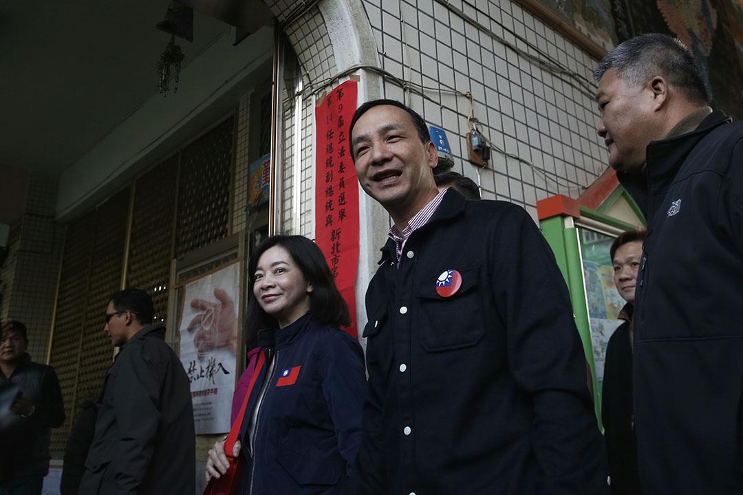 朱立倫與夫人高婉倩身著深色服裝一同現身新北市五華國小的投票所。攝:張國耀/端傳媒