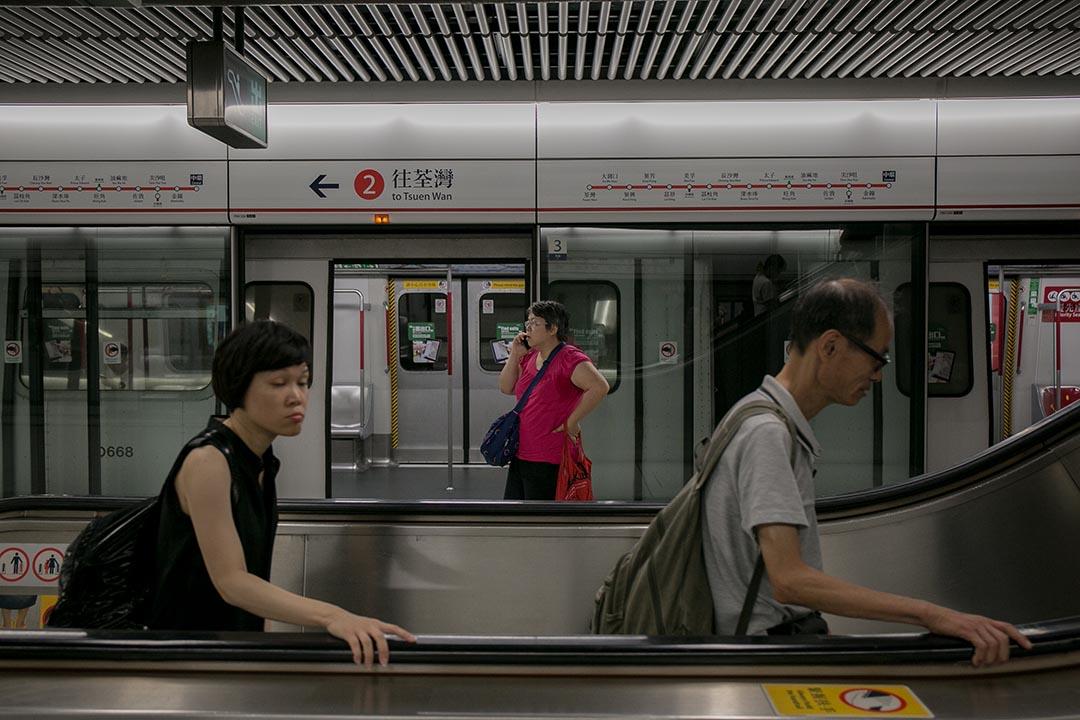 乘客在地鐵站使用扶手電梯。攝 : Billy H.C. Kwok/端傳媒