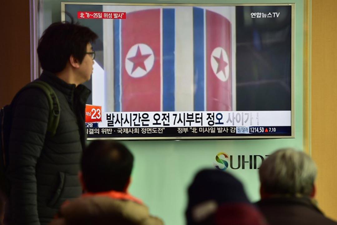 南韓首爾,市民在看北韓發射遠程火箭的新聞報導。攝:Jung Yeon-Je/AFP