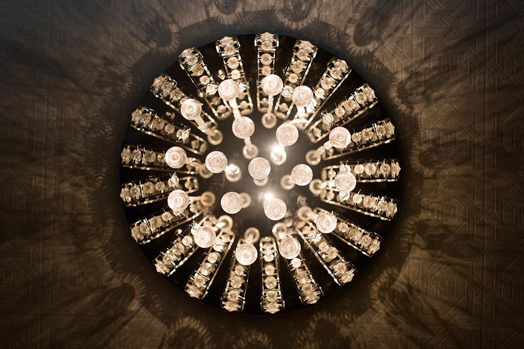 咩事藝術空間裏的水晶吊燈也成為卓思穎的創作材料。攝:Lit Ma/端傳媒