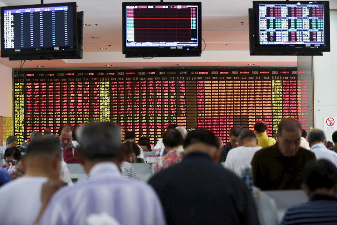 上海、深圳證券交易所7月31日至8月1日分兩批對34個存在異常交易行為的賬戶進行交易限制。圖為投資者在上海的一間證券經紀公司內觀看股票情況。攝 : Aly Song/REUTERS