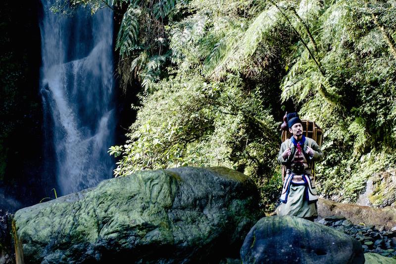 磨鏡少年(妻夫木聰飾)在山間採藥,《刺客聶隱娘》劇照