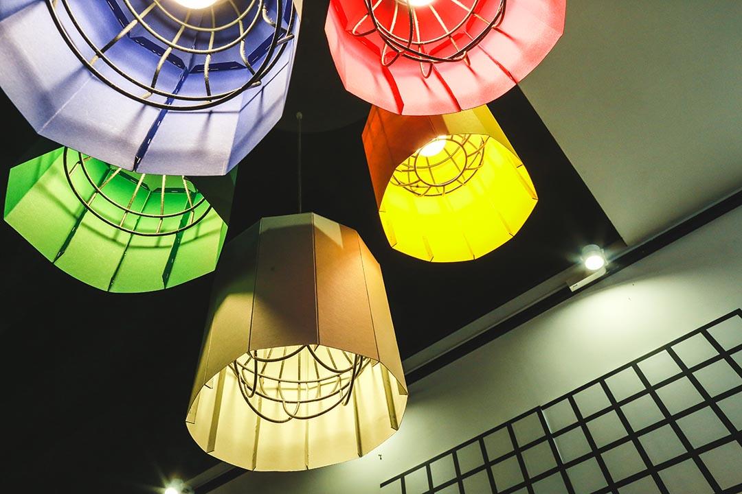 細節如燈罩也用顏色紙改裝,貫徹整個主題。攝:王嘉豪/端傳媒