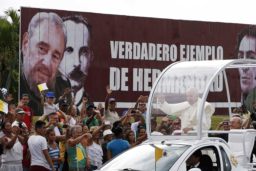 教宗到訪古巴,在夏灣拿與群眾見面時,路經一塊畫有前古巴領袖卡斯特羅肖像的廣告板。攝 : Carlos Garcia Rawlins/REUTERS