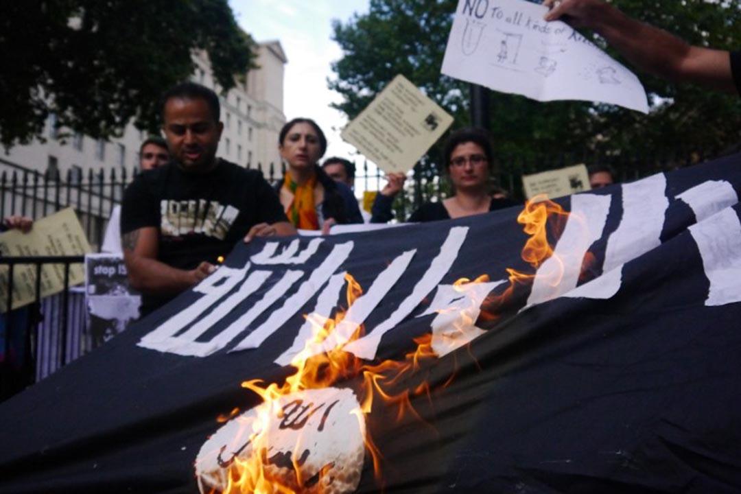 聯合國安理會通過決議,努力切斷「伊斯蘭國」(IS)的資金來源,任何參與支持 IS 的個人和組織都將受到處罰。圖為反 IS 集會抗議者焚燒 IS 的旗幟。攝: PHILIP ROBINS/CITIZENSIDE/AFP