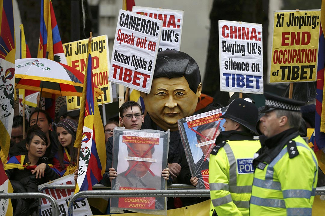 習近平訪英期間,示威者抗議中國多年來對西藏的強力鎮壓和封鎖。攝:Peter Nicholls /REUTERS