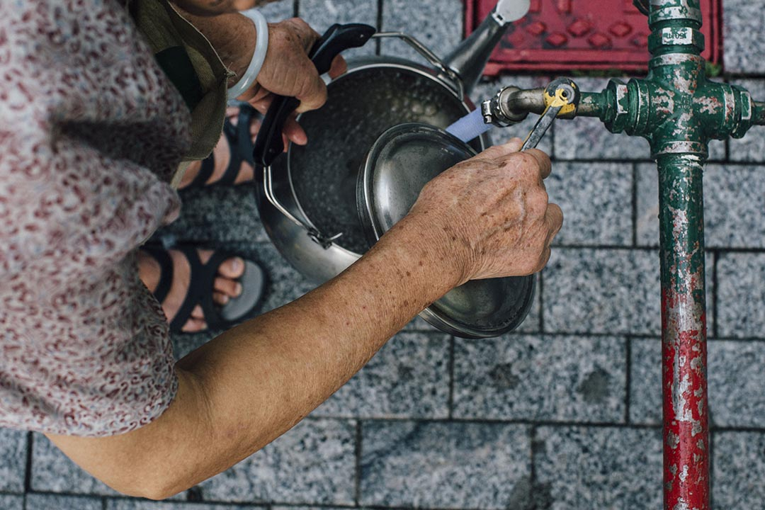 啟晴邨居民在臨時供水設施提取用食水。攝 : Anthony Kwan/The Initium
