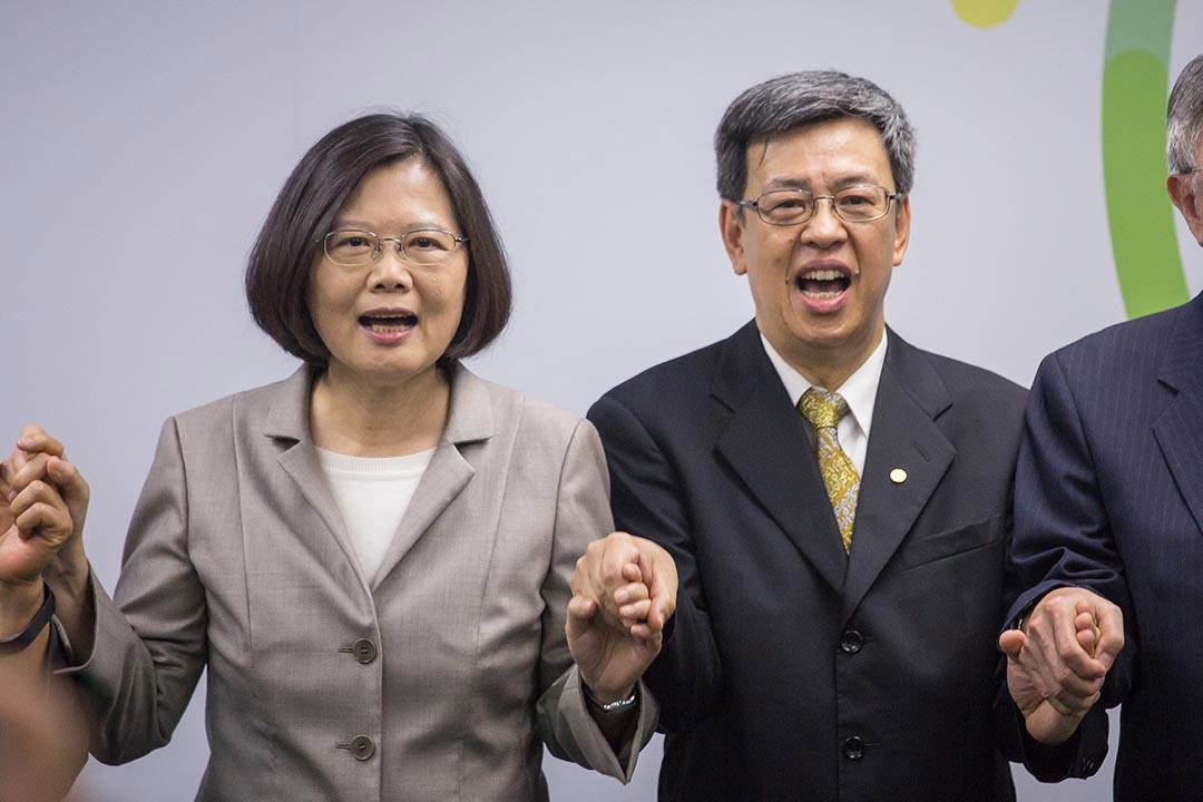 2015年11月16日,民進黨總統候選人蔡英文(左)召開記者會,宣布陳建仁(右)為她副手。攝:Billy H.C.Kwok/端傳媒