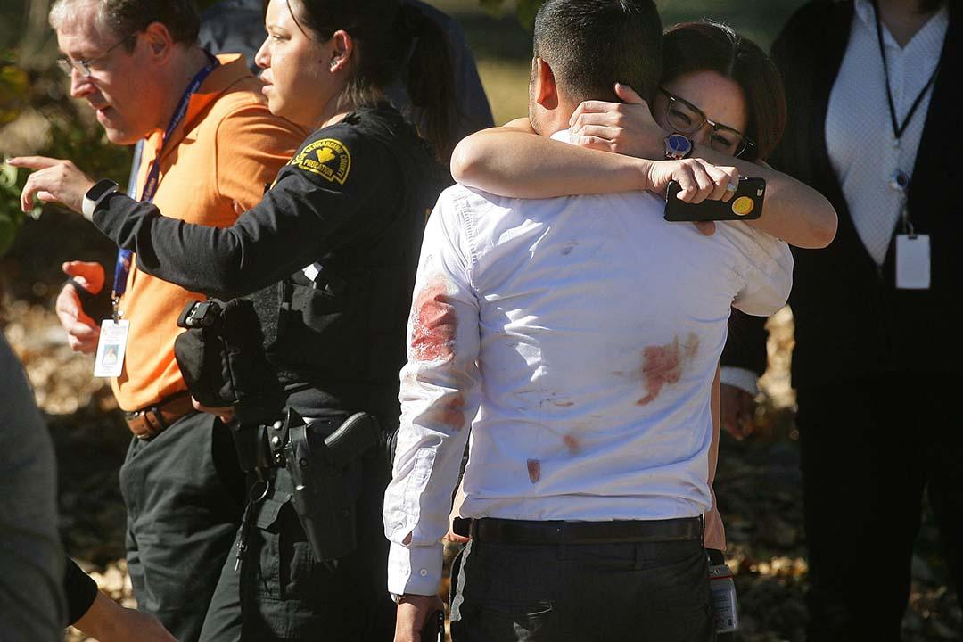 美國加州聖貝納迪諾(San Bernardino)一間社區服務中心發生槍擊案,最少造成14人死亡。 圖為生還者與親人擁抱。攝:David Bauman/The Press-Enterprise via AP