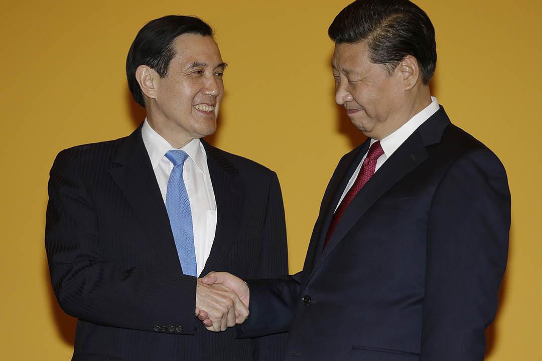 台灣財政部長張盛和近日稱,台灣預計最快2016年初申請加入亞投行。圖為中國國家主席習近平與台灣總統馬英九。攝:Wong Maye-E/AP