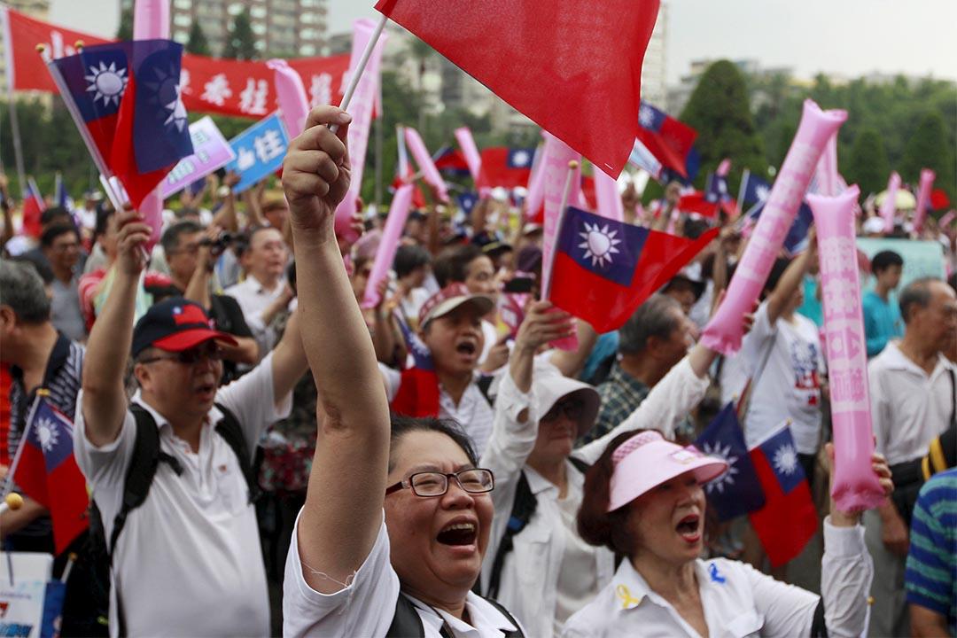 國民黨支持者揮動國旗為總統候選人洪秀柱助威。攝:Pichi Chuang/Reuters