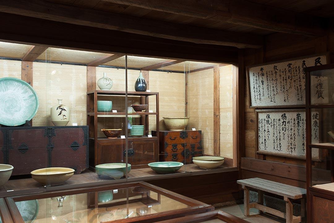 館內展出島根與鳥取等地的工藝,器物之外還有藍染布藝等。(攝:Kentaro Takahashi)