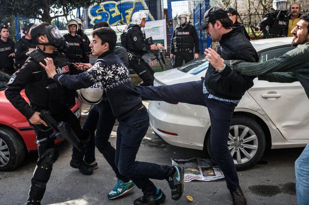 警察與示威者爆發衝突。攝 : OZAN KOSE/AFP