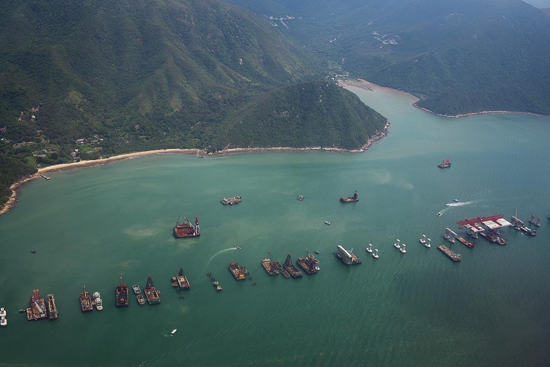 東涌沙螺灣,港珠澳大橋香港段正在施工,工程日以繼夜在進行。攝 : Billy H.C. Kwok/端傳媒