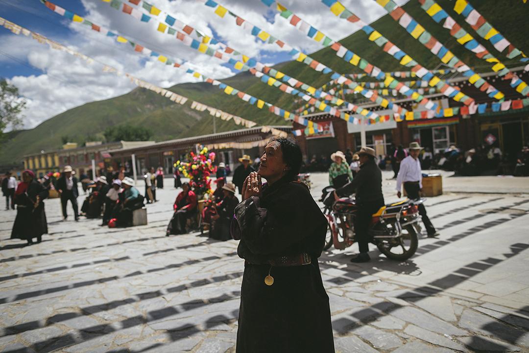 一名到藏族信徒在新砦嘉那嘛呢石堆祈福許願。攝 : 王嘉豪/端傳媒