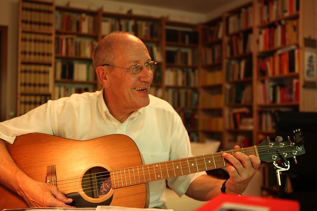 退休後有更多時間重拾愛好,例如即興地的彈自唱、練習吉他。攝:Oliver Radtke