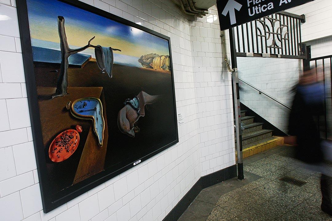 美國紐約市布魯克林區地鐵站的牆上,懸掛了一幅畫家達利的複製畫。攝:Mario Tama/GETTY