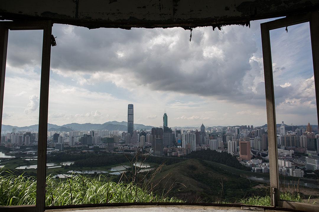 從香港大石磨的邊界眺望深圳河及對岸的深圳市區。攝:盧翊銘/端傳媒