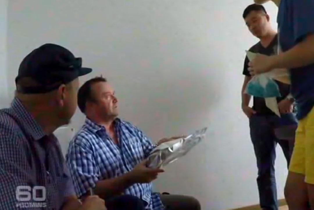 羅德·布里奇(Rod Bridge)在中國假扮買家,調查兒子服用致幻劑死亡事件。 電視截圖