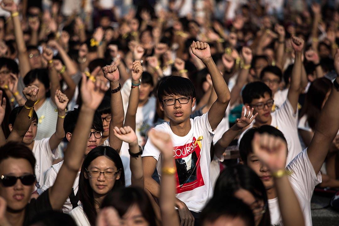 邵家臻:如果經濟上的廢青,就是對「中環價值」有異議的人,那麼政治上的廢青,就是對「威權管治」有異議的人。圖為2014年9月學生參與罷課行動。 攝: Lam Yik Fei /GETTY