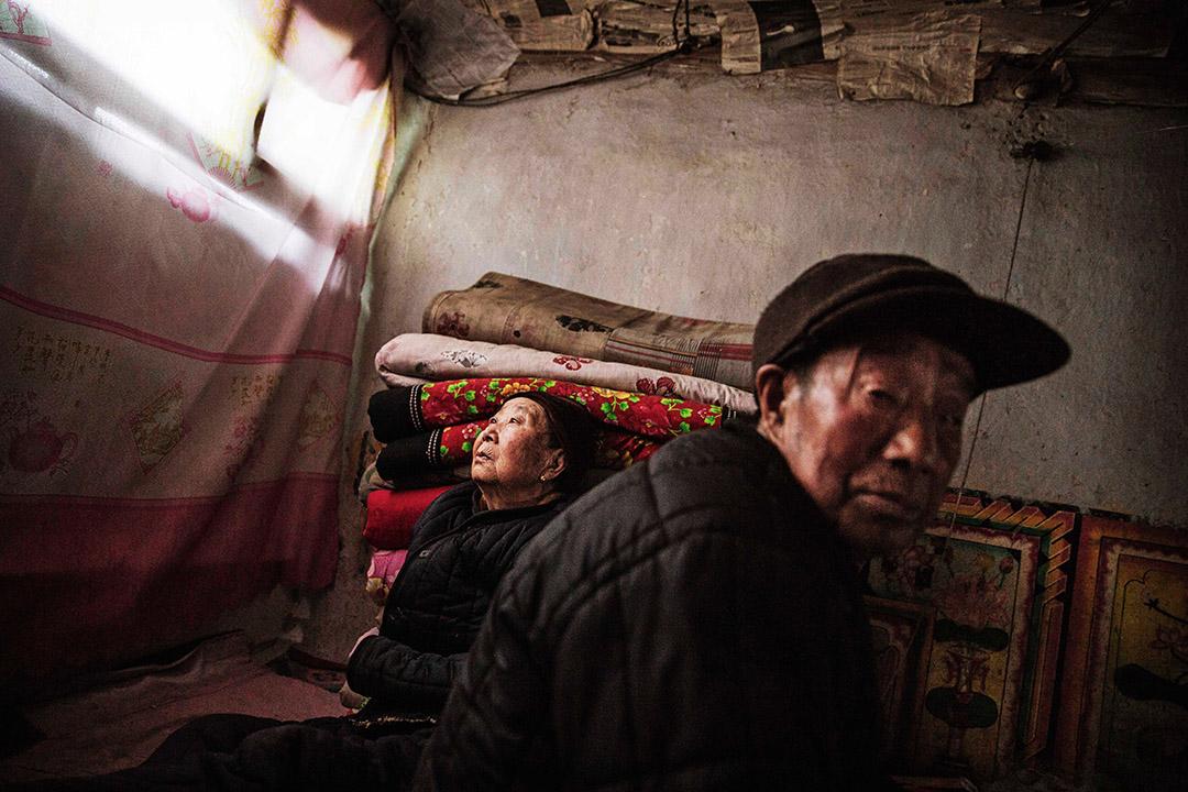 2016年1月23日,中國河北省崇禮區,一對年老夫婦在農村房子中休息。攝:Kevin Frayer/GETTY