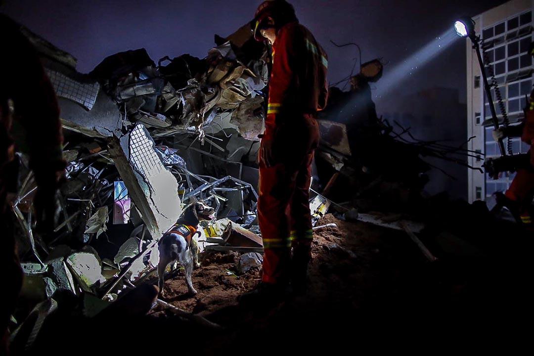 救緩人員帶同搜救犬到災區,入黑後搜救持續持續。攝:端傳媒攝影部