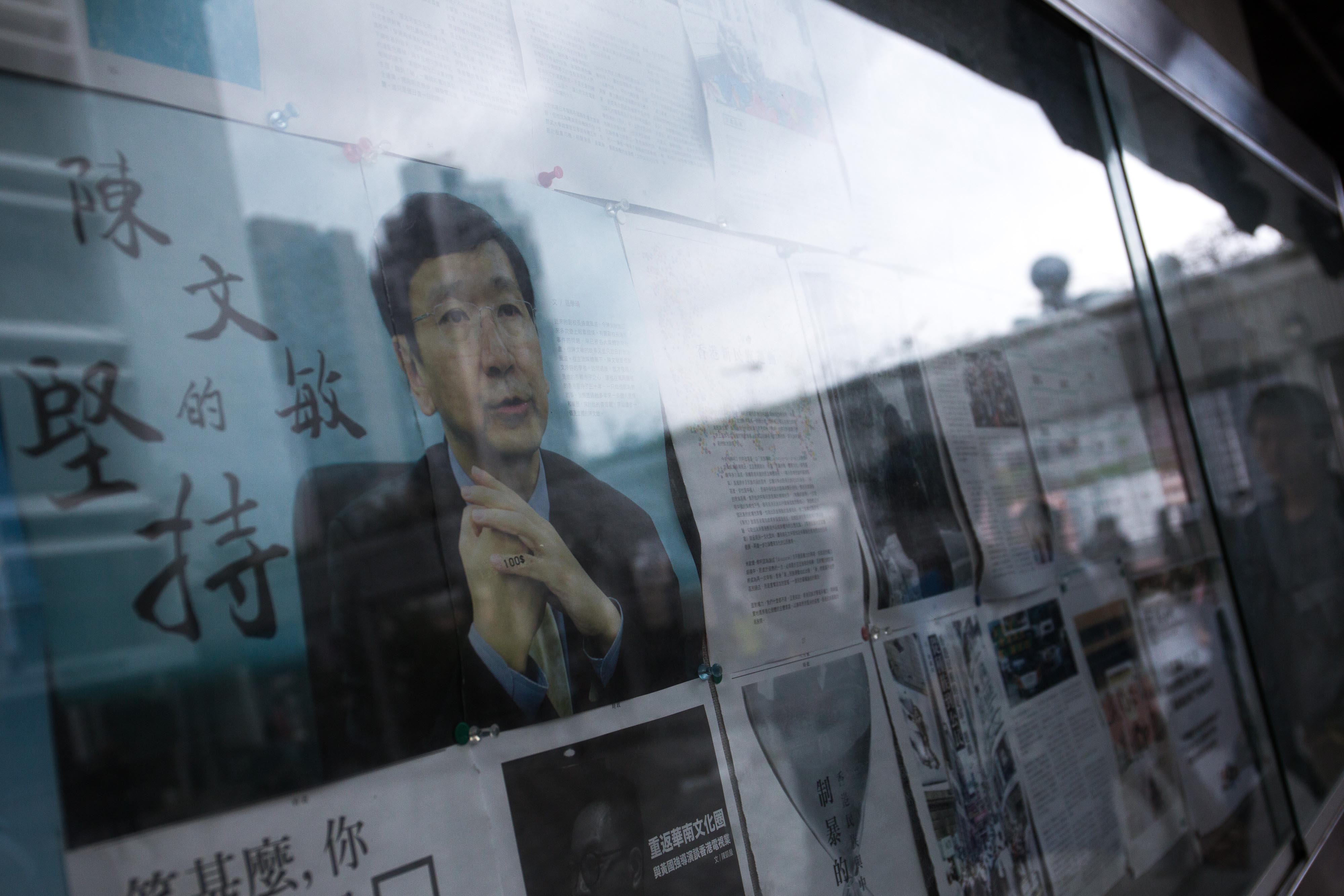 港大民主牆上貼有關於陳文敏事件的文章。攝:盧翊銘/端傳媒