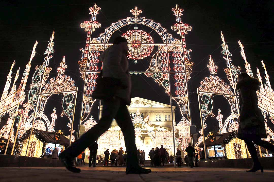 一名男子在布置了聖誕節裝飾的劇院外走過。攝:Maxim Shemetov/REUTERS