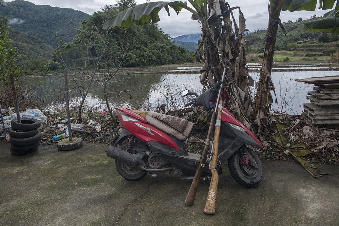 機車和獵槍,是獵人們去打獵必不可少的工具。攝:Alberto Buzzola/端傳媒