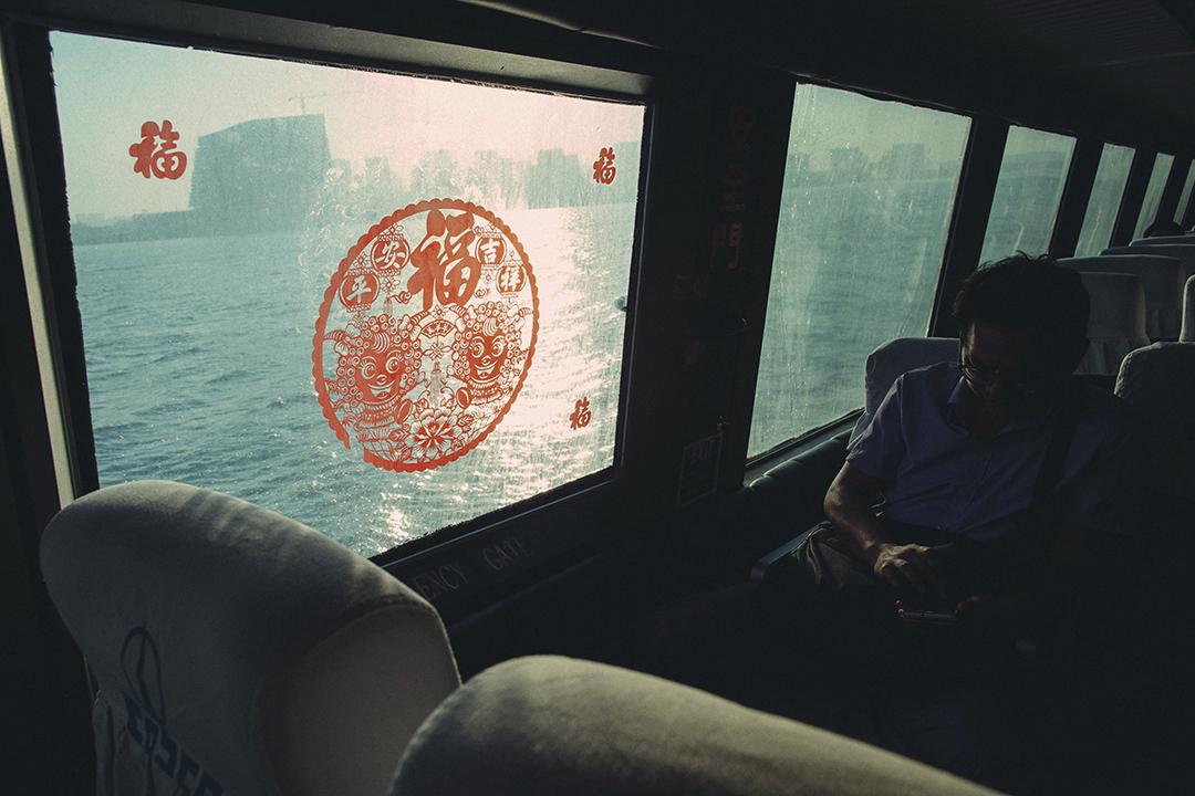 一名旅客在開往金門的船上。攝:王嘉豪/端傳媒