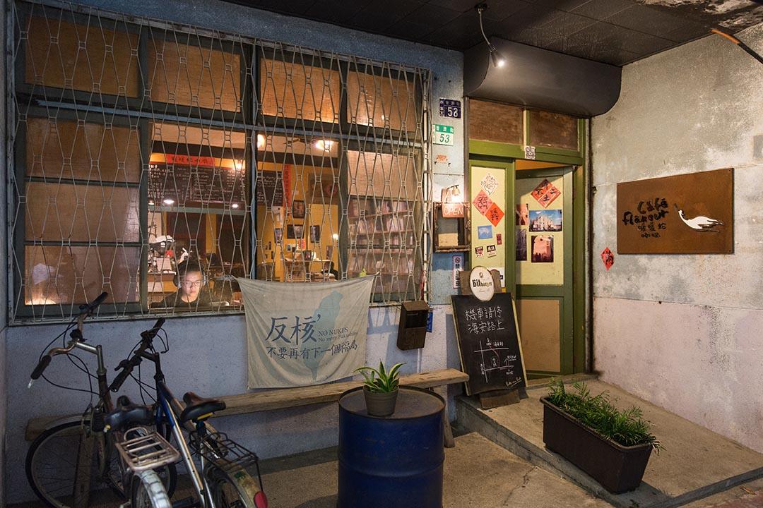 暖暖蛇是台南開到較晚的咖啡館,讓夜晚需要光亮的人棲身。攝:張國耀/端傳媒