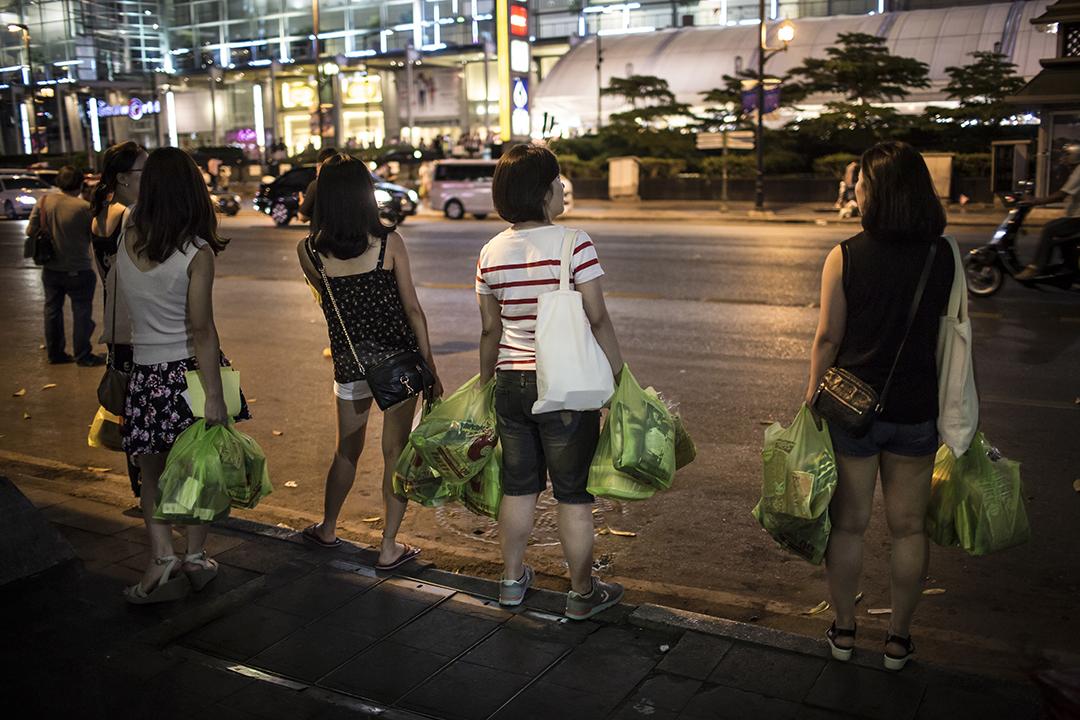 中國遊客在曼谷爆炸事件後繼續觀光購物行程。攝:Mathieu Willcocks/端傳媒